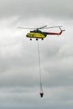 Mi-8 ελικόπτερο με τη δεξαμενή antifire Στοκ φωτογραφία με δικαίωμα ελεύθερης χρήσης