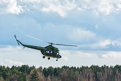 MI-2直升机做控制飞越森林贝耳 免版税图库摄影
