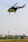 从MI-8直升机的救助者土地 图库摄影
