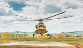 MI-8直升机着陆 免版税库存照片