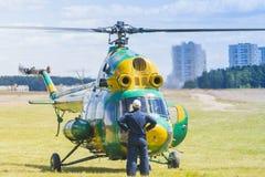 MI-2在空气的直升机在航空体育比赛期间致力DOSAAF基础第80周年  库存照片