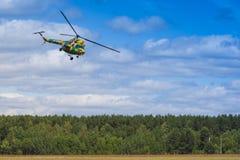MI-2在空气的直升机在航空体育比赛期间致力DOSAAF第80周年  库存照片