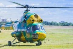 MI-2在空气的直升机在航空体育比赛期间致力DOSAAF第80周年  免版税库存照片