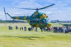 MI-2在空气的直升机在航空体育比赛期间 库存图片