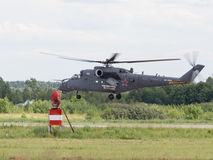 MI-35在飞行表演的着陆 库存照片