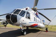 MI-8在绿草领域的直升机 免版税库存照片
