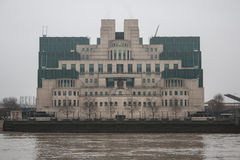 MI6大厦在伦敦在一个灰色有雾的早晨 免版税库存照片