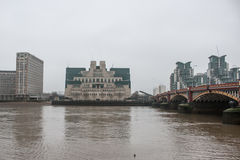 MI6大厦在伦敦在一个灰色有雾的早晨 图库摄影