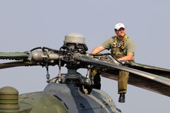 Mi-24V Hinterhubschrauber - Mechaniker, der auf einem Fotorezeptor sitzt Lizenzfreies Stockbild