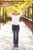 Mi bras de femme d'âge tendus Photo libre de droits