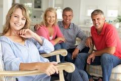 Mi couples d'âge détendant ensemble à la maison Photographie stock libre de droits