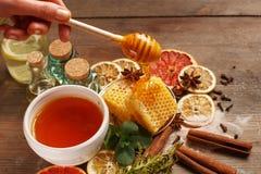 Mi?d, cynamon i wysuszone owoc na drewnianym stole, zdrowe je?? fotografia stock
