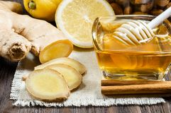 Mi?d, cytryna i imbir, - po?ytecznie additives herbata i napoje obrazy royalty free
