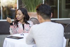 Międzyrasowy randka w ciemno w Plenerowej restauraci Obrazy Royalty Free