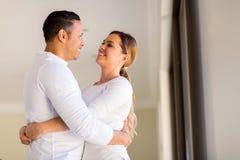 Mi embrassement de couples d'âge Image libre de droits
