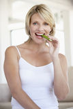 Mi femme adulte mangeant le bâton de céleri Photographie stock libre de droits