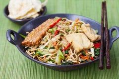 Mi-goreng, indonesisk kokkonst för meegoreng, kryddig uppståndelse stekte nudlar med och sortimentet av asiatiska såser Royaltyfria Foton