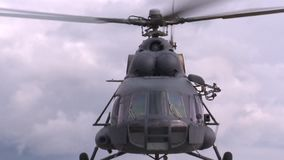 Mi-8 helikopter op start stock footage