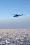 Mi-8 helikopter przy zmierzchem Obrazy Stock
