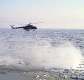 Mi-8 helikopter przy zmierzchem Zdjęcie Royalty Free