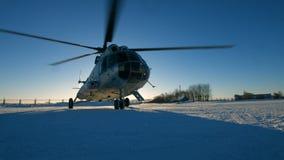 Mi-8 helikopter tijdens het parkeren stock video