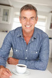 Mi homme d'âge avec du café à la maison Photo libre de droits