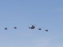 Mi-26 i Mi-8 formaci latanie przez Obrazy Stock