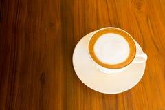 Miękka latte kawa na drewnianym tle Obraz Royalty Free