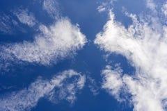 Miękkie wispy chmury nad niebieskim niebem Zdjęcia Royalty Free