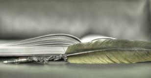 Mi libro de los poemas del amor escritos con la pluma vieja de la tinta imagen de archivo libre de regalías