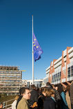 Mi-mât de drapeau d'Union européenne après des attaques de Paris Images libres de droits