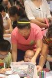 Mi madre enseñó a los niños que dibujaban en el SHENZHEN Tai Koo Shing Commercial Center Foto de archivo libre de regalías