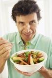 Mi mangeur d'hommes adulte une salade saine images stock