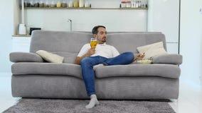 Mi marido goza de la cerveza y de las palomitas almacen de metraje de vídeo