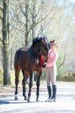 Mi mejor amigo Adolescente joven con su caballo preferido Fotos de archivo