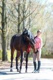 Mi mejor amigo Adolescente joven con su caballo preferido Fotografía de archivo libre de regalías