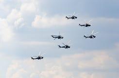 Mi--28Nhelikoptrar från det Berkuty skärmlaget Royaltyfri Bild
