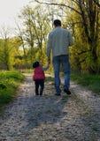 Mi papá El padre y la hija caminan abajo de la trayectoria Fotos de archivo libres de regalías