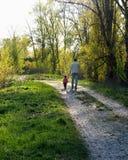 Mi papá El padre y la hija caminan abajo de la trayectoria Imágenes de archivo libres de regalías