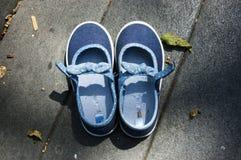 Mi pequeño sus zapatos fotos de archivo
