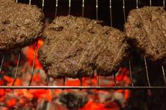 Mięso - Piec na grillu hamburger Zdjęcia Stock