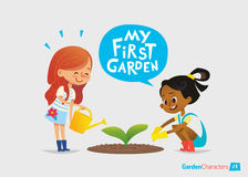 Mi primer concepto del jardín Los niños lindos cuidan para las plantas en el patio trasero Educación temprana, actividades al air Fotografía de archivo