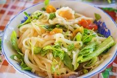 (Mi Quang) noedel met vlees, groente, vissen, kip en kruiden Royalty-vrije Stock Foto