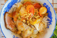 (Mi Quang) noedel met vlees, groente, vissen, kip en kruiden Royalty-vrije Stock Afbeeldingen
