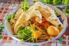 (Mi Quang) noedel met vlees, groente, vissen, kip en kruiden Stock Afbeeldingen
