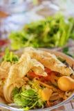 (Mi Quang) noedel met vlees, groente, vissen, kip en kruiden Stock Foto