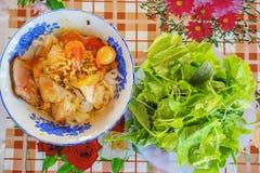 (Mi Quang) noedel met vlees, groente, vissen, kip en kruiden Royalty-vrije Stock Fotografie