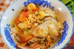 Mi Quang-noedel met vlees, groente, vissen, kip en kruiden Royalty-vrije Stock Foto's