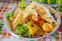 (MI Quang) tallarines con la carne, la verdura, los pescados, el pollo y las especias Imagenes de archivo