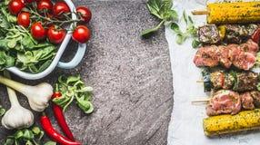 Mięsa i warzyw skewers gotuje przygotowanie dla grilla lub piec na popielatym betonowym tle Obraz Stock